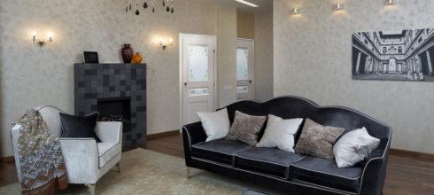 Двери Краснодеревщик в интерьере. Модель 3344 белая с цветным стеклом